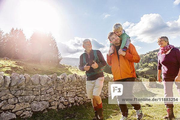 Drei-Generationen-Familie  Wandern  in ländlicher Umgebung  Genf  Schweiz  Europa