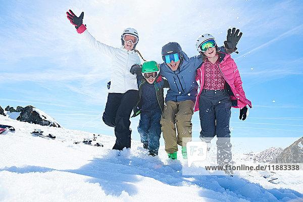 Familie im Skiurlaub  Hintertux  Tirol  Österreich
