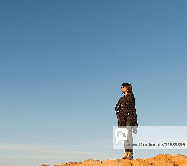 Frau steht auf Fels und schaut auf Aussicht  Laguna Beach  Kalifornien  Vereinigte Staaten  Nordamerika