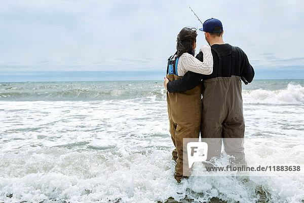 Rückansicht eines jungen Paares beim Watangeln