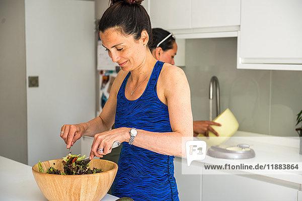 Zwei Freunde bereiten ein Salat-Mittagessen vor