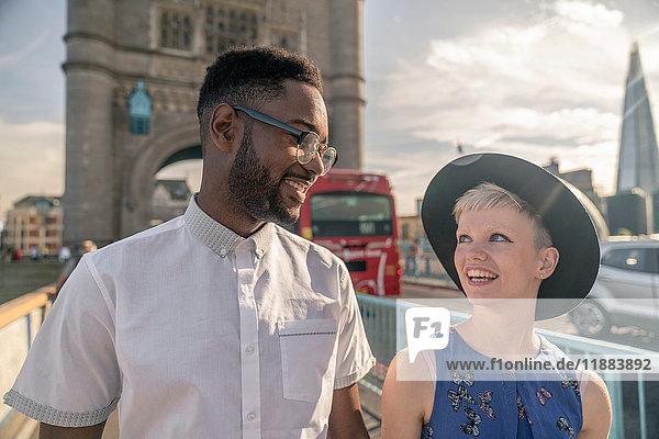 Junges Paar beim Spaziergang im Freien  Tower Bridge im Hintergrund