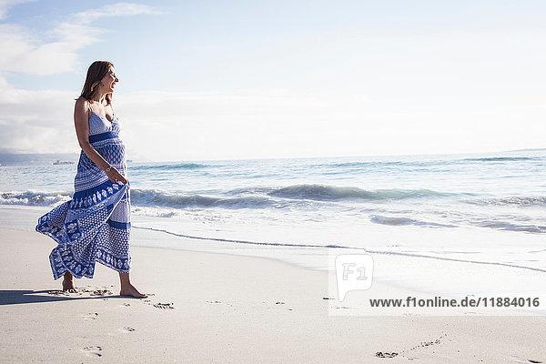 Schwangere Frau am Strand  Kapstadt  Südafrika