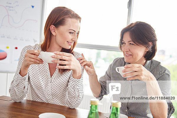 Frauen machen gemeinsam Kaffeepause