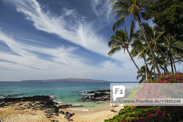 'Pa'ako beach (secret cove)  a small beach with snorkelers and a family on the sand  Kahoolawe Island in distance  south of Makena Beach; Maui  Hawaii  United States of America'