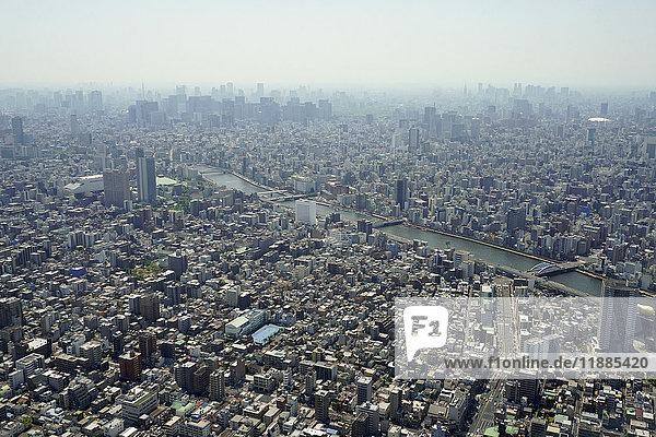 Luftaufnahme des Stadtbildes gegen den Himmel an sonnigen Tagen  Tokio  Japan