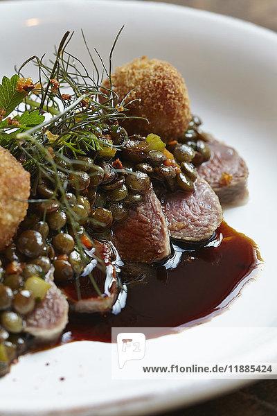 Nahaufnahme von Fleisch im Teller auf dem Tisch