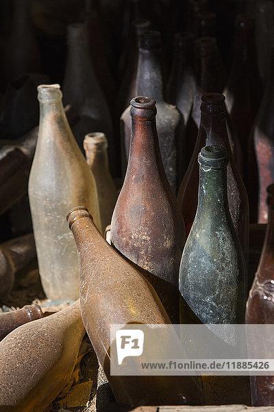 Hochwinkelansicht von alten Glasflaschen
