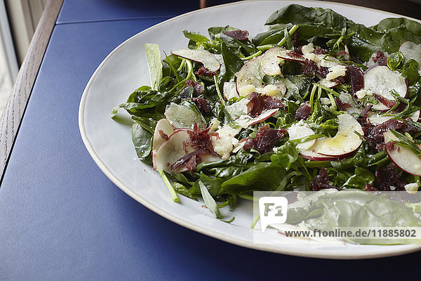 Frischer Salat im hohen Winkel auf dem Tisch serviert