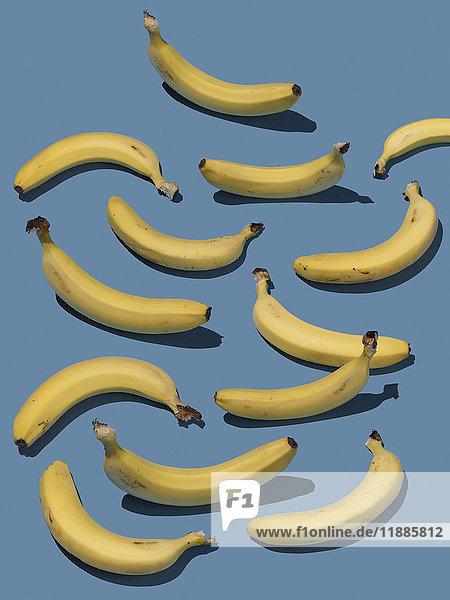 Hochwinkelansicht von Bananen auf blauem Hintergrund