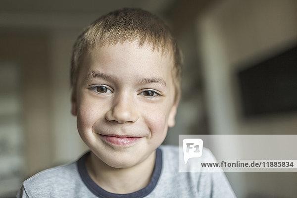 Porträt des lächelnden Jungen zu Hause