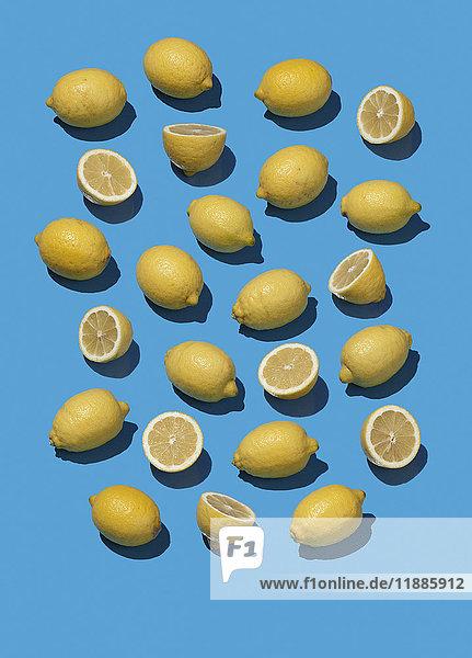 Hochwinkelansicht von Zitronen auf blauem Hintergrund