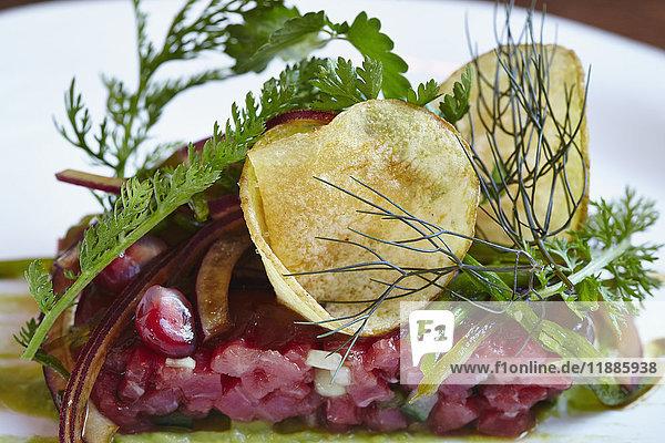 Nahaufnahme von verschiedenen Speisen  die in Tellern auf dem Tisch serviert werden.