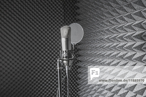 Nahaufnahme des Mikrofonstativs im schalldichten Aufnahmestudio