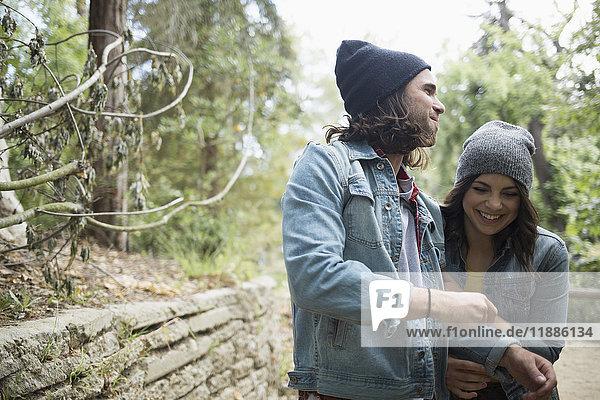 Fröhliches Paar steht im Park