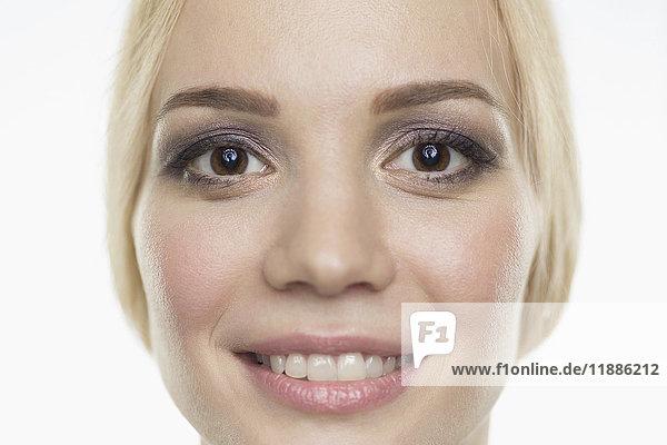 Nahaufnahme des lächelnden Models vor weißem Hintergrund
