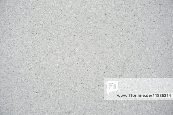 Vollbildaufnahme des Schneefalls gegen den Himmel