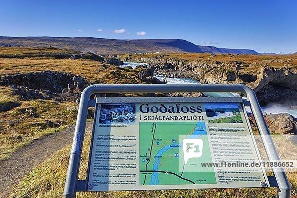Informationstafel am Wasserfall Godafoss  Laugar  Fosshólli  Island  Europa