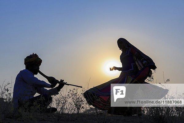 Indischer Zigeunertanz vor Sonnenuntergang  Pushkar Kamelmarkt  Pushkar  Rajasthan  Indien  Asien
