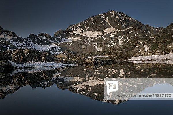 Gran Betassa See  Mont Glacier  Berg spiegelt sich im See  Mont Avic Naturpark  Aostatal  Italien  Europa