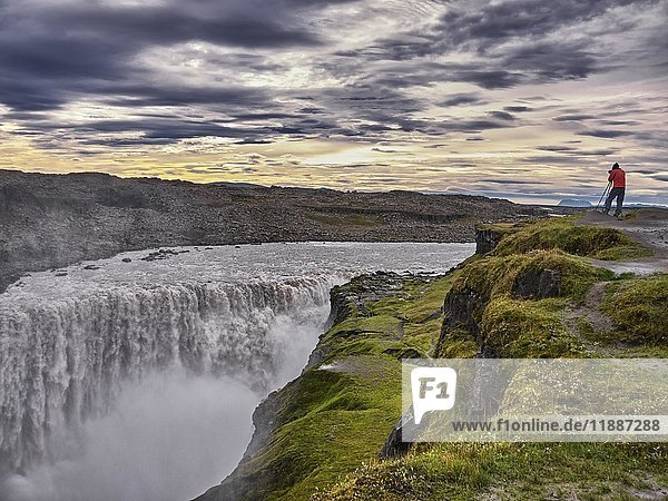 Fotograf am Wasserfall Dettifoss,  Vidhirholl,  Norðurland Eystra,  Island,  Europa