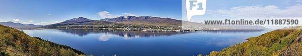Ausblick über den Fjord Eyjafjörður nach Akureyri  Island  Europa