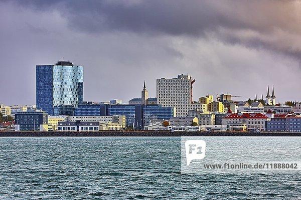 Skyline mit modernen Bürogebäuden und Háteigskirkja Kirche  Reykjavík  Island  Europa
