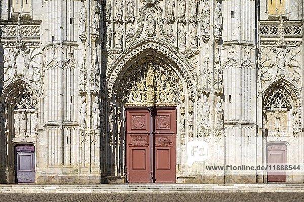 Gotische Fassade der Abteikirche  Abbaye de Saint-Riquier  Saint-Riquier  Hauts-de-France  Frankreich  Europa