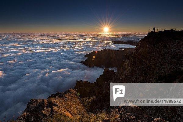 Sonnenaufgang über Nebelmeer  Fotograf auf Berggipfel  Pico de Arieiro  Funchal  Madeira