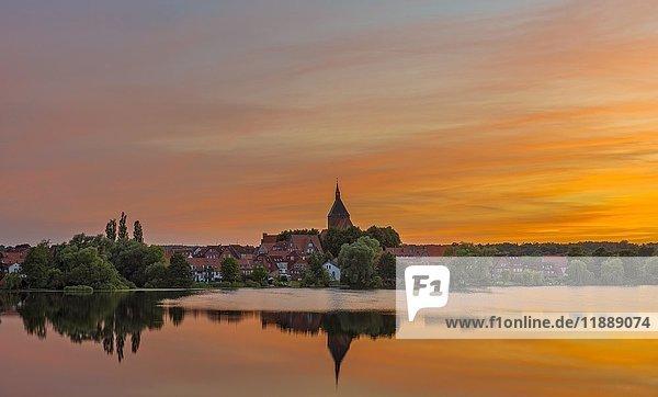 Stadtansicht mit Sankt Nicolaikirche und Schulsee bei Sonnenuntergang  Mölln  Schleswig-Holstein  Deutschland  Europa