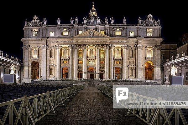 Petersdom bei Nacht  Vatikan  Rom  Italien  Europa