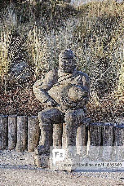 Holz-Skulptur  sitzender Fischer mit Fisch  Zempin  Usedom  Mecklenburg-Vorpommern  Deutschland  Europa