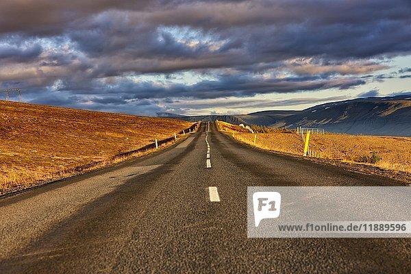 Einsame Straße  Wolken  Hvanneyri  Mosfellsbæ  Island  Europa