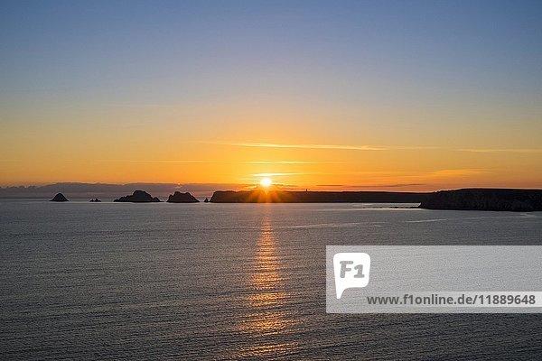 Pointe du Pen-Hir bei Sonnenuntergang  Blick von Pointe de Dinan  Presqu'ile de Crozon  Parc naturel regional d'Armorique  Crozon  Bretagne  Frankreich  Europa