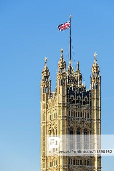 Union Jack Flagge über Victoria Tower  Palast von Westminster  London  England  Großbritannien  Europa