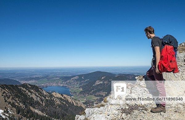 Wanderer am Grat  Wanderweg zur Brecherspitz mit Ausblick auf Schliersee  Oberbayern  Bayern  Deutschland  Europa Wanderer am Grat, Wanderweg zur Brecherspitz mit Ausblick auf Schliersee, Oberbayern, Bayern, Deutschland, Europa