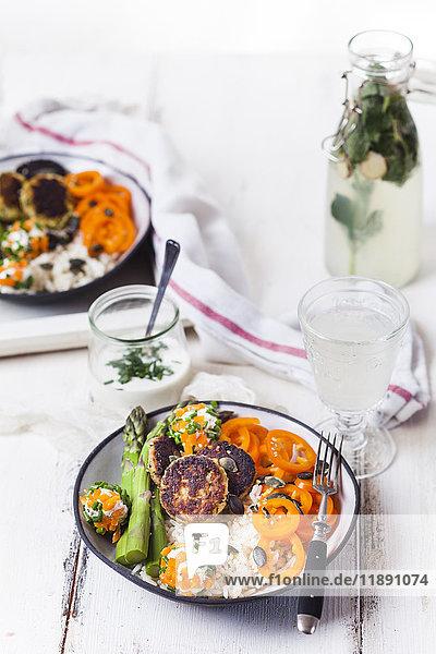 Vegetarische Mittagsschüssel mit Reis  verschiedenen Gemüsen und Labneebällen
