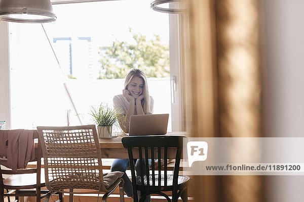 Junge Frau zu Hause mit Laptop Junge Frau zu Hause mit Laptop
