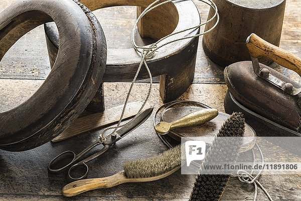 Verschiedene Werkzeuge auf Arbeitstisch  Hutmacher  Bad Aussee  Steiermark  Österreich  Europa Verschiedene Werkzeuge auf Arbeitstisch, Hutmacher, Bad Aussee, Steiermark, Österreich, Europa