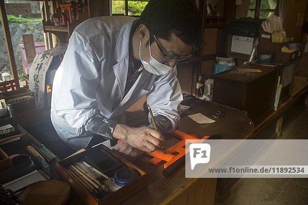 Japaner bemalt Nachbildung der Torii als Opfergabe  Fushimi Inari-Taisha Schrein  Kyoto  Honshu  Japan  Asien