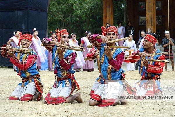 Stammesangehörige beim rituellen Tanz  Hornbill Festival  Kohima  Nagaland  Indien  Asien