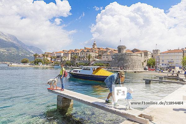 Touristen am Hafen  Korcula  Dalmatien  Kroatien  Europa