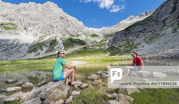 Wanderer machen Pause  Bergsee beim Printz-Luitpolt-Haus  Allgäuer Alpen  Bad Hindelang  Allgäu  Bayern  Deutschland  Europa