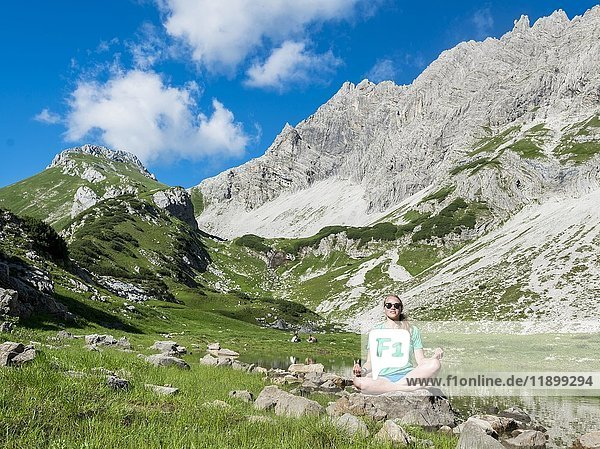 Wanderin meditiert vor Landschaft  Bergsee beim Printz-Luitpolt-Haus  Allgäuer Alpen  Bad Hindelang  Allgäu  Bayern  Deutschland  Europa