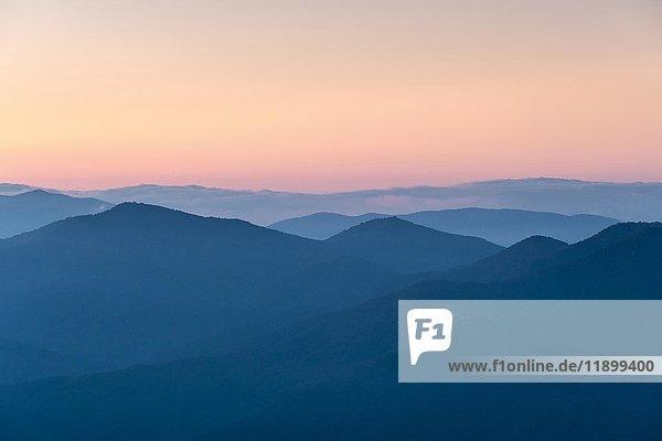 Blue Ridge Mountains vom Waterrock Knob im Morgengrauen  Blue Ridge Parkway  North Carolina  USA  Nordamerika
