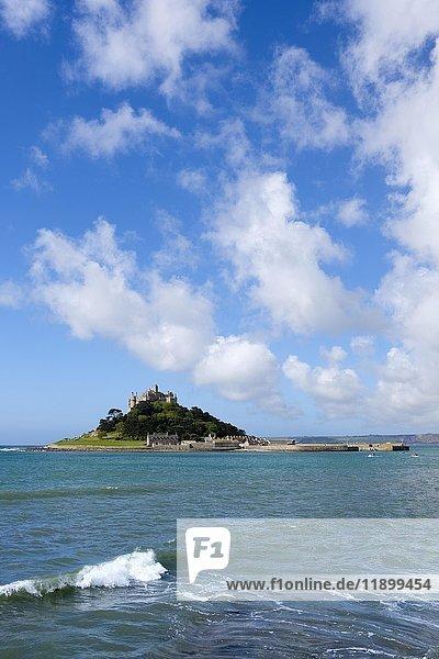 St Michael's Mount  gesehen von Marazion  Cornwall  England  Großbritannien  Europa