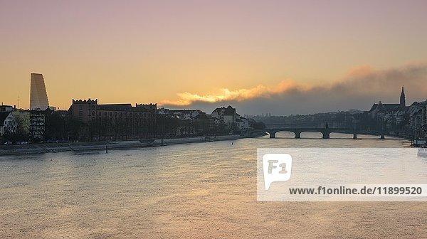 Ausblick über den Rhein auf Basel mit Roche-Turm und Mittlere Rheinbrücke  Sonnenaufgang  Basel  Kanton Basel-Stadt  Schweiz  Europa