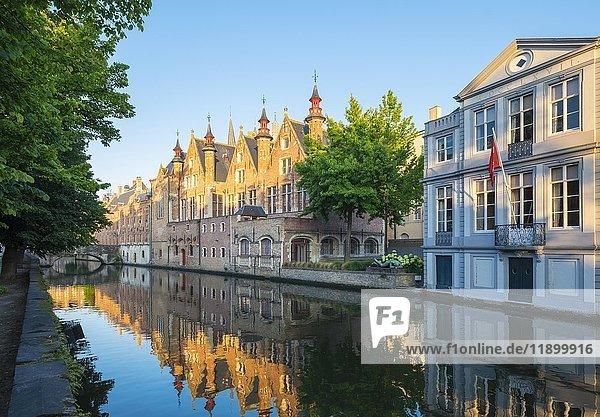 Brugse Vrije und Gebäude entlang des Groenerei Kanals  Brügge  Flandern  Belgien  Europa