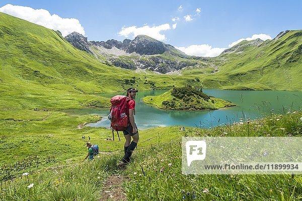 Wanderer auf Wanderweg  Schrecksee und Allgäuer Alpen  Bad Hindelang  Allgäu  Bayern  Deutschland  Europa