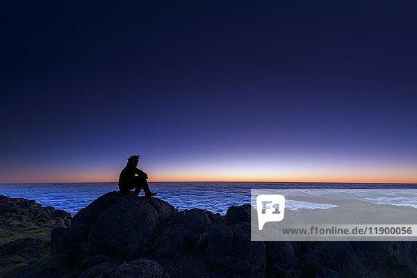 Sonnenaufgang mit Person auf Berggipfel  Pico de Arieiro  Funchal  Madeira